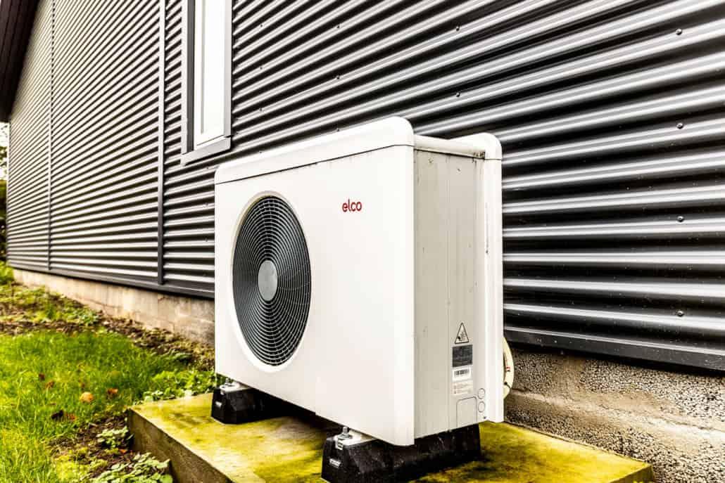 Luftvarmepumpe anlæg på ydersiden af et hus